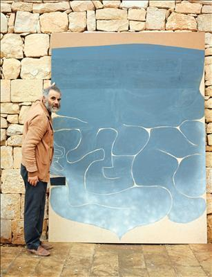 Photo of Victor Pasmore with Grey Symphony, 1968-77